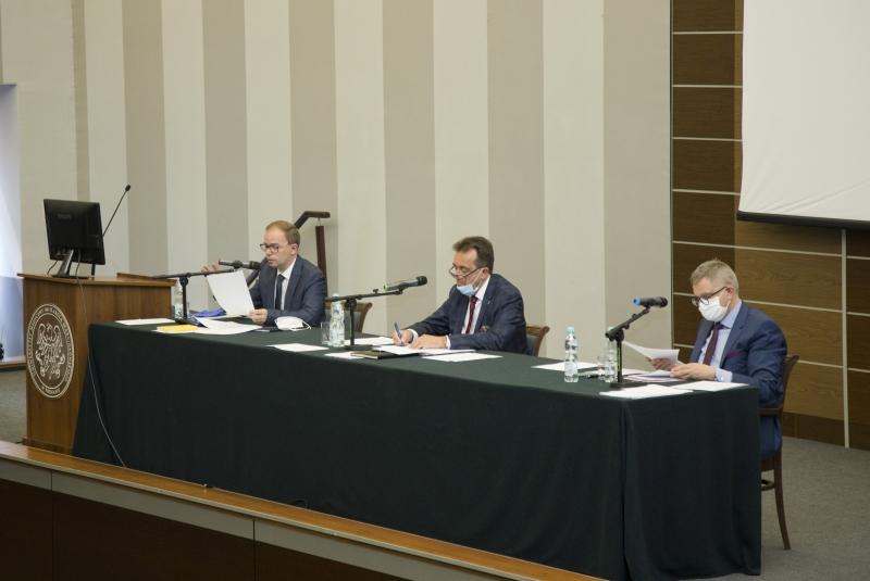 Za stołem siedzą prof. Michał Nowicki, prof. Andrzej Tykarski i prof. Zbigniew Krasiński
