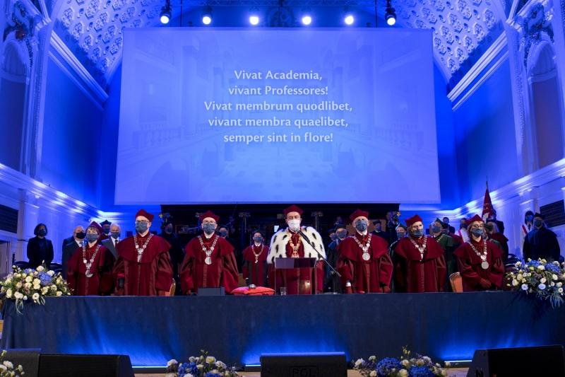 Władze uczelni za stołem prezydialnym