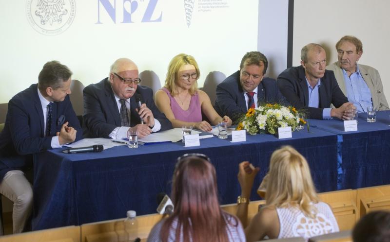 Wspólne zdjęcie uczestników konferencji prasowej