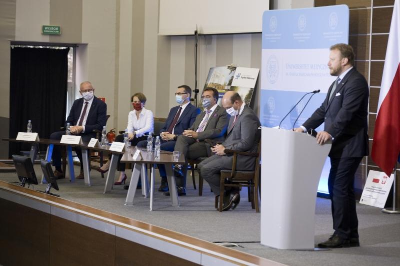 Łukasz Szumowski stoi przy mównicy