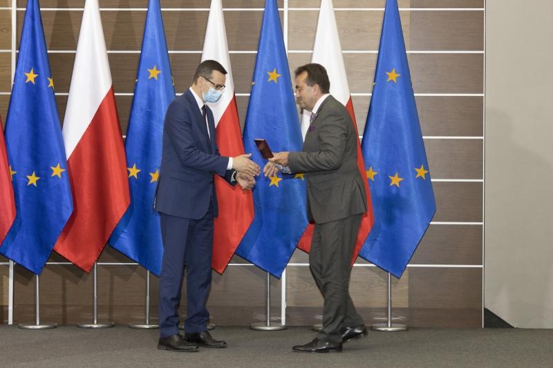 Mateusz Morawiecki odbiera Medal od Andrzeja Tykarskiego