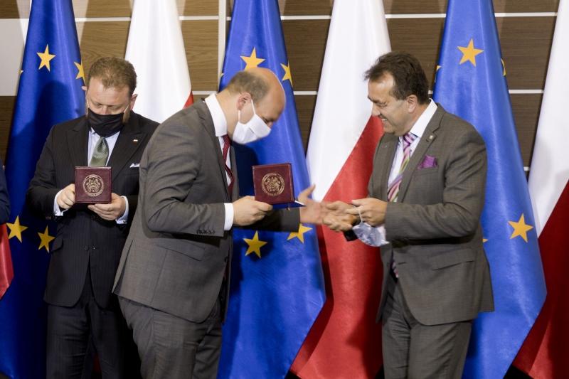 Szymon Szynkowski vel Sęk odbiera Medal od Andrzeja Tykarskiego
