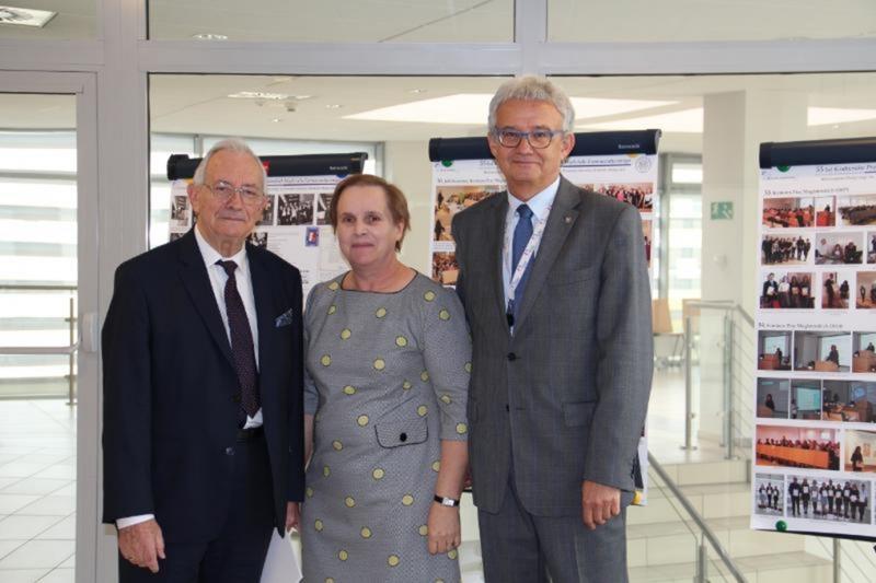 Od prawej: prorektor UMP prof. dr hab. Ryszard Marciniak, prodziekan WF prof. dr hab. Anna Jelińska, prof. dr hab. Michał Umbreit na tle wystawy