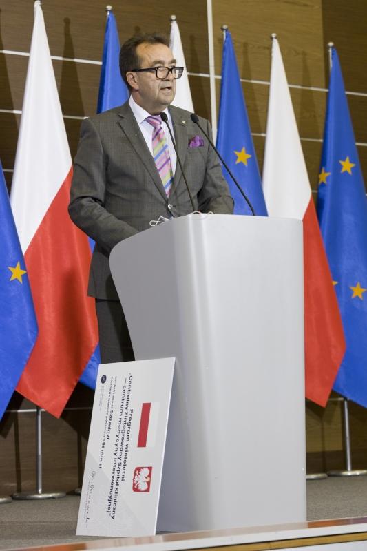 Rektor Andrzej Tykarski stoi przy mównicy