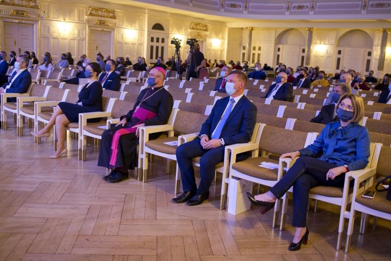 Zaproszeni goście siedzący na widowni