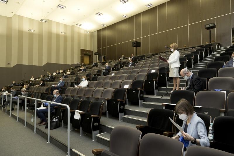 Senatorowie siedzą na widowni w sali A Centrum Kongresowo-Dydaktycznego