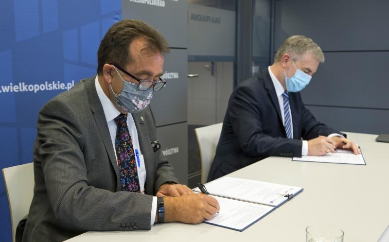 Prof. dr hab. Andrzej Tykarski oraz Marszałek Województwa Wielkopolskiego Marek Woźniak podpisują dokumenty