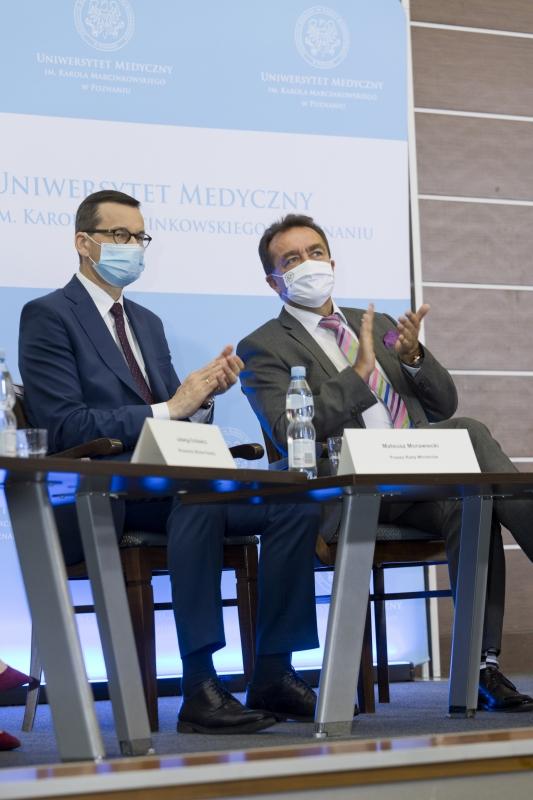 Premier Mateusz Morawiecki i Rektor Andrzej Tykarski siedzą za stołem