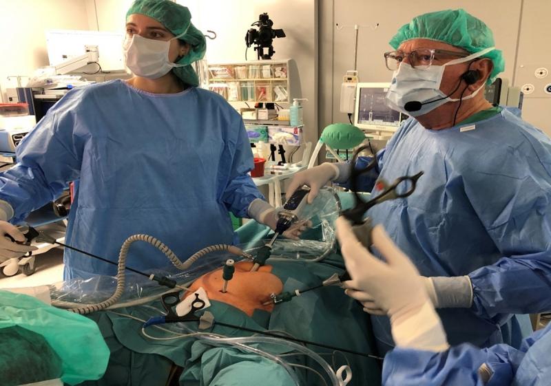 """Operacja założenia tytanizowanej siatki metodą laparoskopową w leczeniu """"wypadania"""" przedniej ściany pochwy oraz macicy - operują prof. Jean Bernard Dubuisson z dr Magdaleną Muszyńską."""