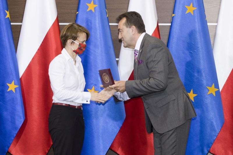 Jadwiga Emilewicz odbiera Medal od Andrzeja Tykarskiego