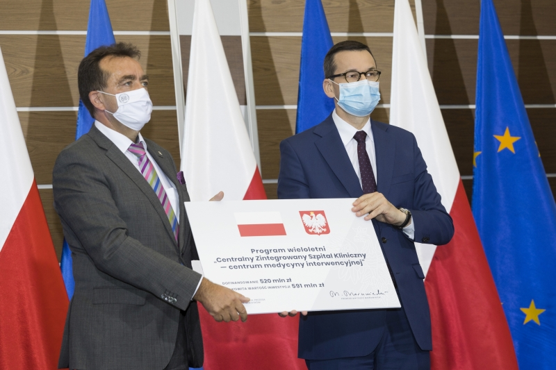 Rektor i premier trzymają symboliczny czek